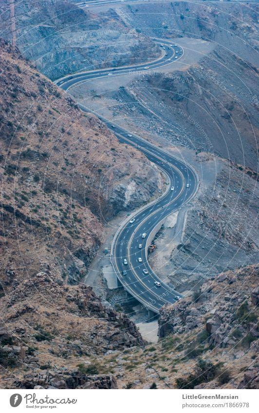 Zurückschalten Berge u. Gebirge Straße Felsen Verkehr PKW Höhenangst Wüste Verkehrswege Autobahn Fahrzeug Straßenverkehr Fortschritt Serpentinen desolat