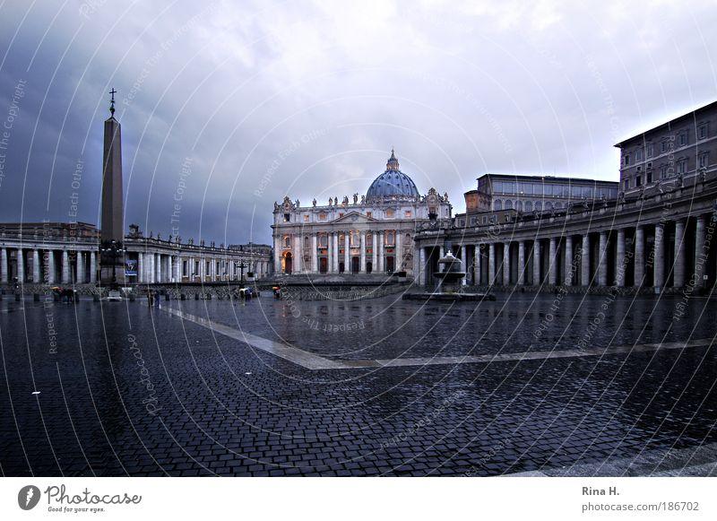 Sankt Peter im Regen Ferien & Urlaub & Reisen dunkel Architektur Religion & Glaube Platz Kirche nass Italien Macht Vergangenheit Bauwerk Sehenswürdigkeit