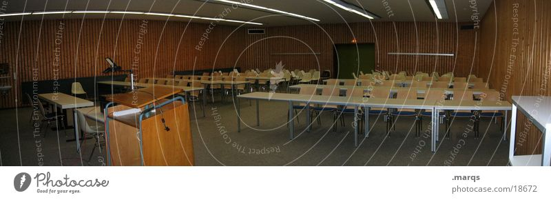 Hörsaal Studium Bildung Wachsamkeit Stuhl Tisch Projektor Panorama (Aussicht) Student lesen Printmedien Essay Präsentation Lehrer Hochschullehrer Stress Rede