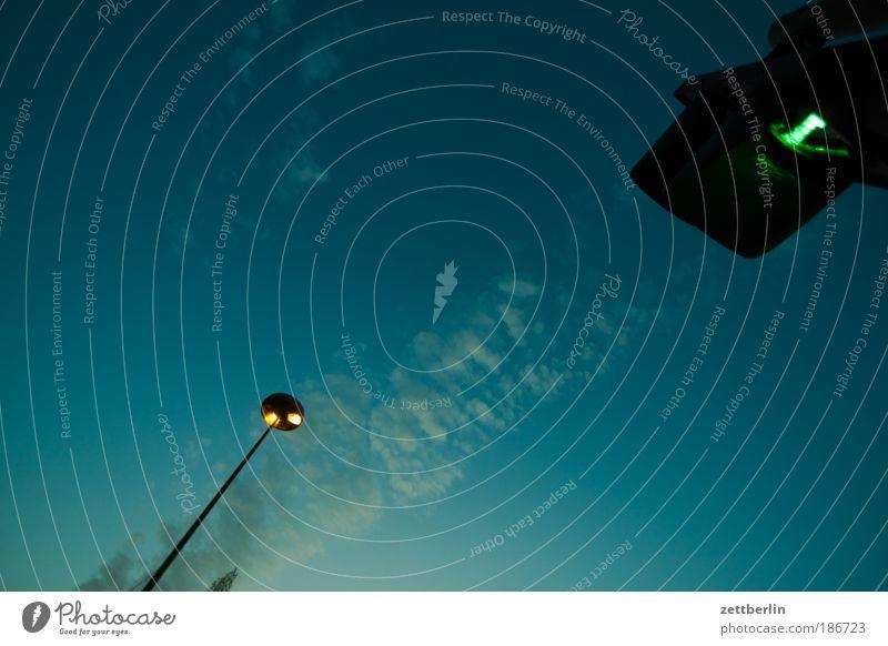 Lampe und Ampel Himmel grün Wolken Lampe dunkel hell Beleuchtung Laterne Ampel Straßenbeleuchtung Abenddämmerung Erkenntnis Signal Regel Textfreiraum Verkehrszeichen