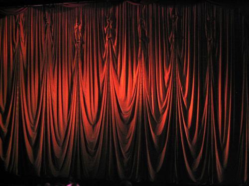 Vorhang auf, die zweite Kino rot schwarz Publikum Kinosaal Kinosessel Saal dunkel weiß Bühne Konzert Show Besucher Eingang Vorschau Aktion Thriller Treffpunkt