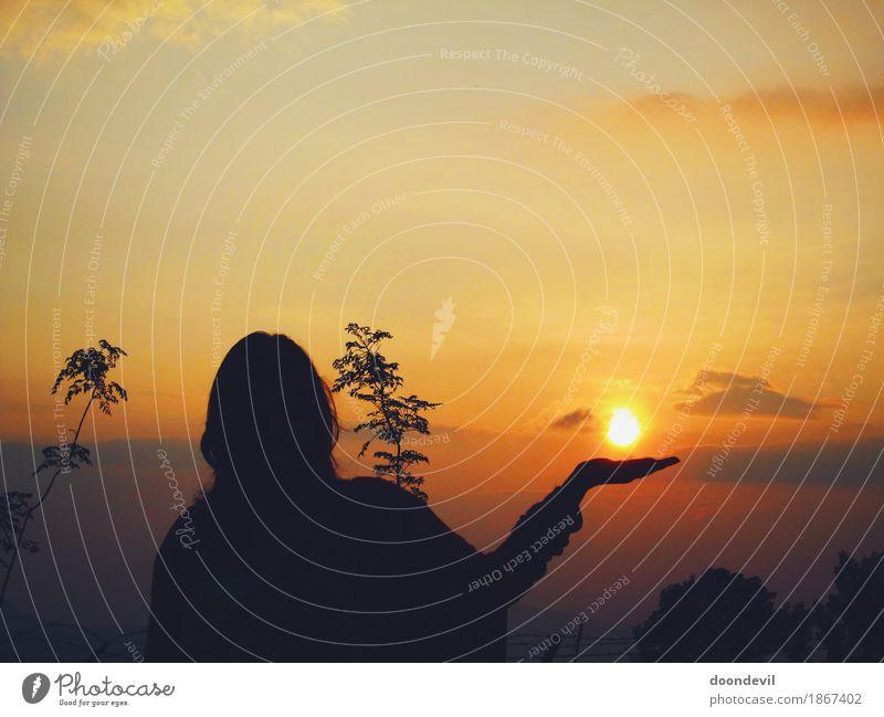 Schöner Silhoutte und Sonnenuntergang und Frau, die in der Hand Sonne hält Wellness Leben harmonisch Wohlgefühl Sinnesorgane Erholung ruhig Meditation Umwelt