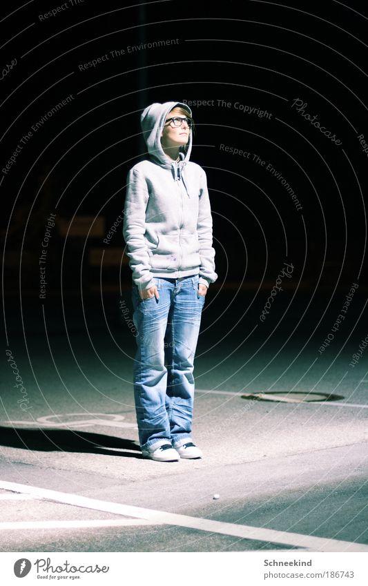 Lichtblick Mensch Frau Jugendliche Erwachsene Leben kalt Beleuchtung Platz Hose Brille 18-30 Jahre beobachten Jeanshose Junge Frau Partner Parkplatz
