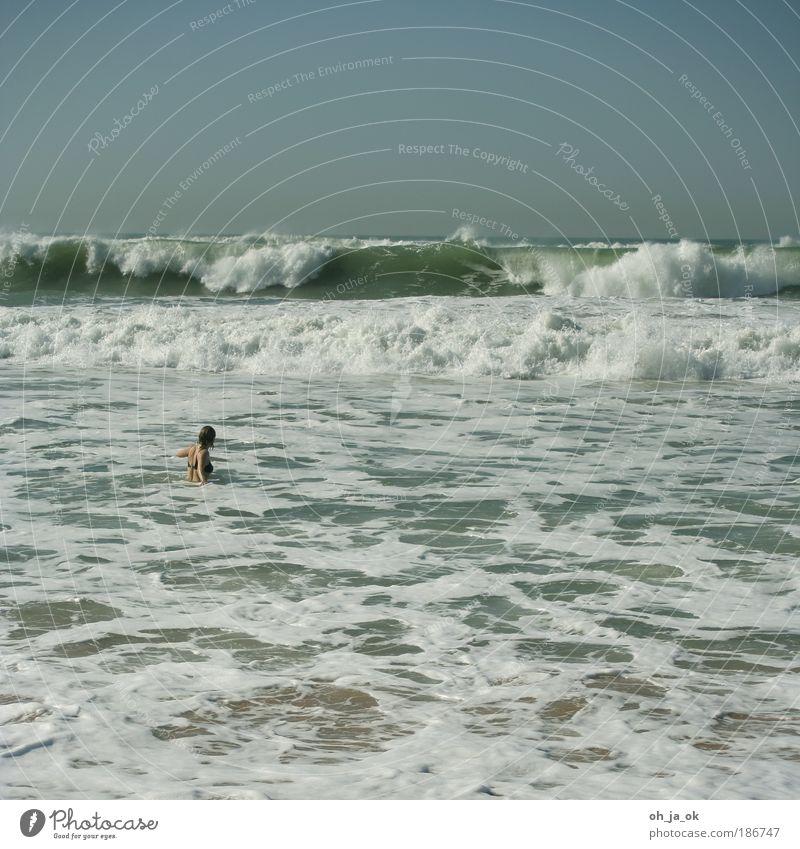 Mit Weißwasser getauft Mensch Frau blau Wasser weiß Ferien & Urlaub & Reisen Sommer Meer Erwachsene kalt Schwimmen & Baden Wellen Rücken natürlich nass frei