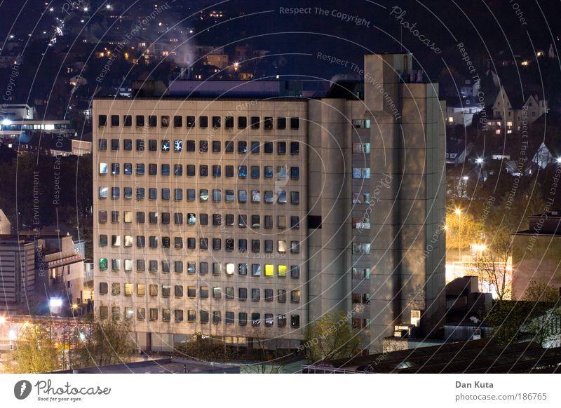 Tatbestand: Einbruch der Dunkelheit Architektur Gebäude Angst Erfolg Beton bedrohlich Stern (Symbol) Wut Vertrauen schreiben Bauwerk Leidenschaft Stress