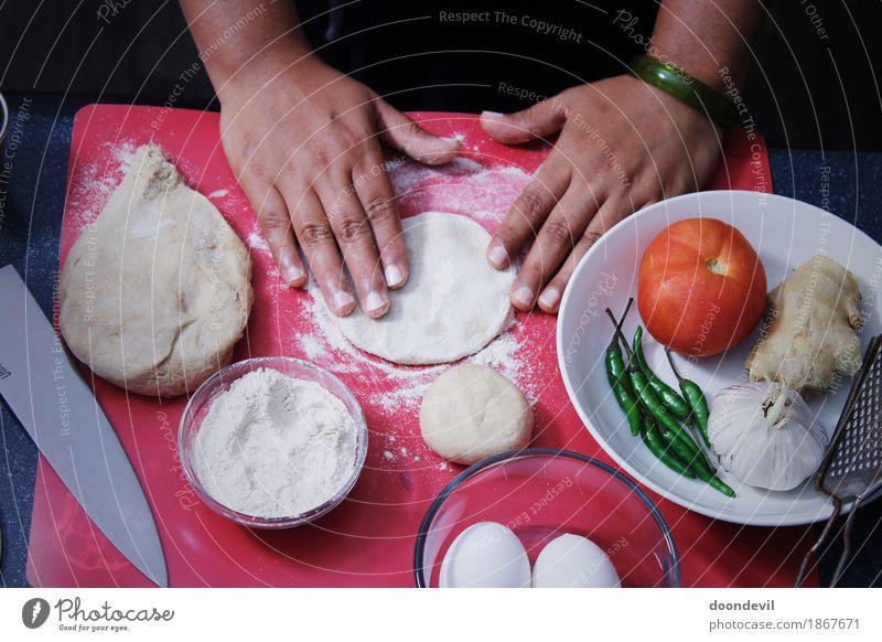 Backen und Abendessen vorbereiten Messer Koch Hand Finger kochen & garen backen Vorbereitung Lebensmittel Vegetarische Ernährung Gemüsegerichte Essen zubereiten