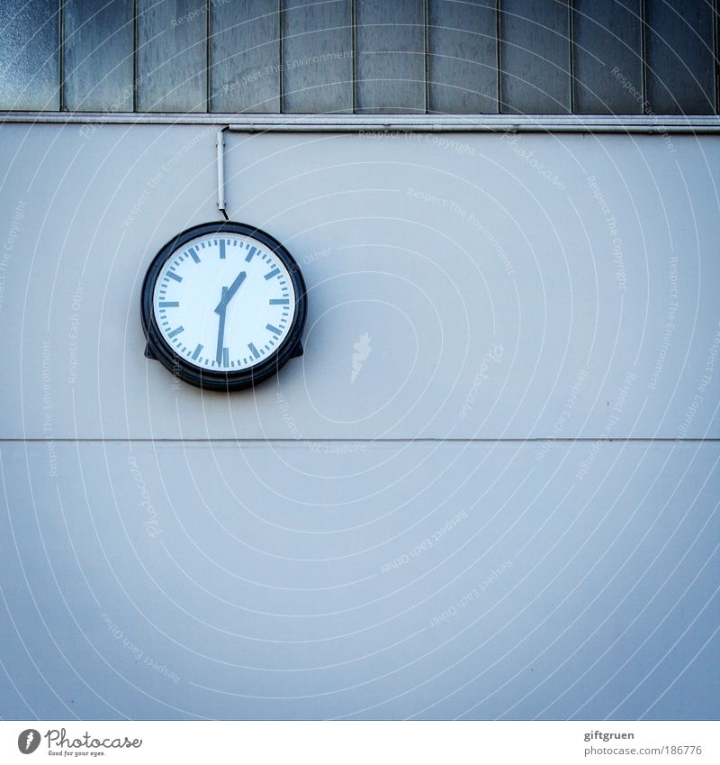 wer hat an der uhr gedreht...? Uhr Bauwerk Gebäude Mauer Wand Genauigkeit exakt pünktlich Pünktlichkeit messen Uhrenzeiger Wanduhr Fabrikhalle Arbeitszeit spät