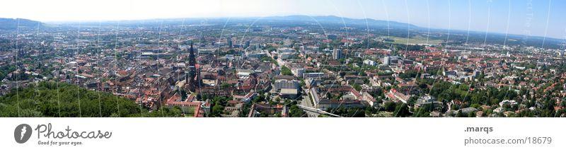 Freiburg im Panorama Schlossberg Sommer Wohngebiet bevölkert Stadtteil Deutschland Vogelperspektive Weitwinkel Europa Panorama (Aussicht) Münster Altstadt