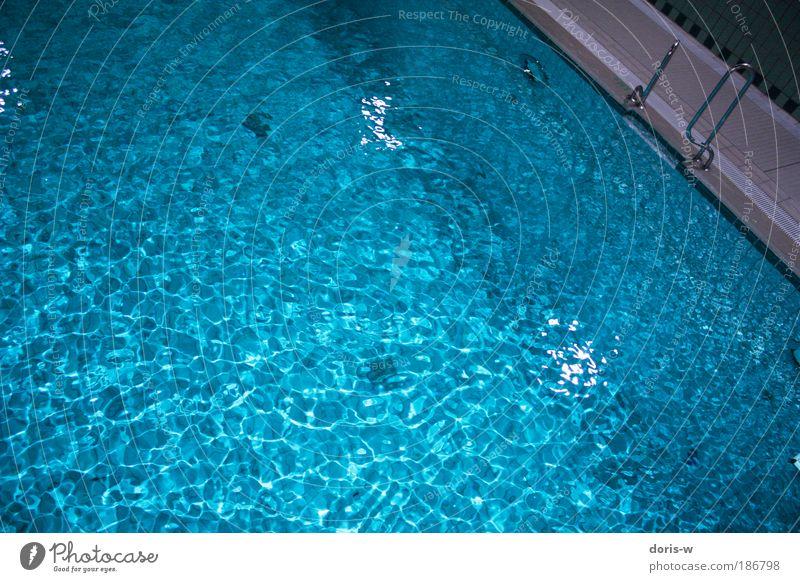 pool springen Wasser blau Blauton Wellen Becken Beckenrand Sprungbrett Dreieck Fliesen u. Kacheln Wasseroberfläche Oberflächenstruktur zyan oben Schwimmhalle