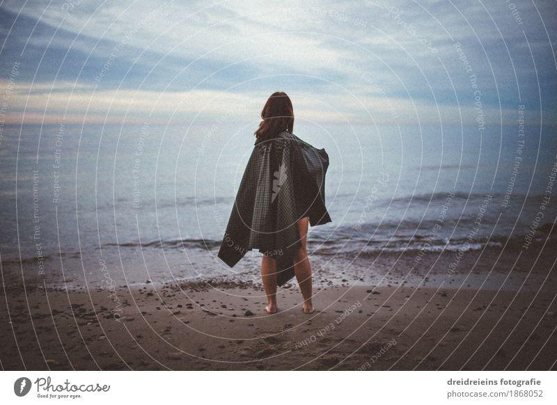 Blick in die Ferne. Lifestyle Abenteuer Freiheit Strand Meer feminin Frau Erwachsene 1 Mensch Wasser Horizont Wetter Umhang beobachten entdecken träumen warten