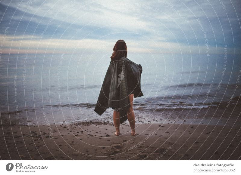 Blick in die Ferne. Mensch Frau blau Wasser Meer Erholung Strand Erwachsene Gefühle Lifestyle feminin Freiheit Horizont träumen Wetter