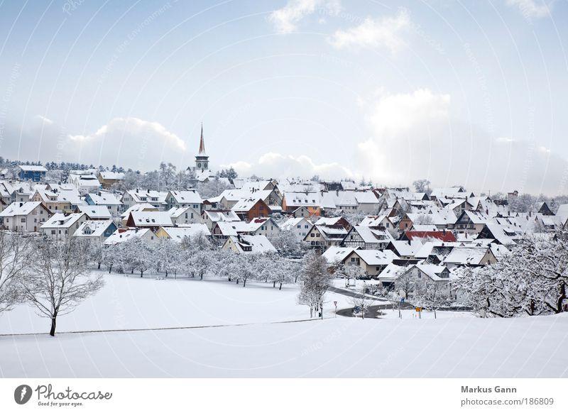 Dorf im Schnee Winter Natur Landschaft Himmel Eis Frost Haus Einfamilienhaus Kirche Gebäude hell Frieden Baum Wolken Farbfoto Außenaufnahme Menschenleer