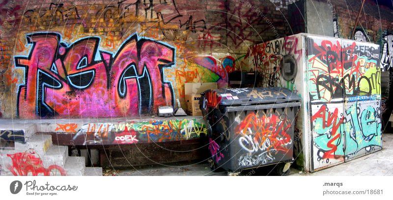 Backyard Hinterhof mehrfarbig Tagger Wand Fassade Müllbehälter Typographie verfallen dreckig Panorama (Aussicht) Straßenkunst Graffiti Weitwinkel abstrakt