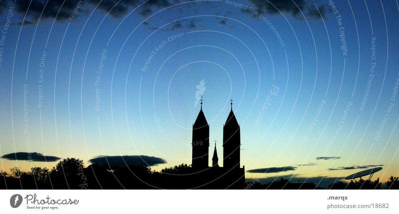 Zwillingskirche Religion & Glaube Kirche Kirchturm Dämmerung Schatten Himmel Wolken Panorama (Aussicht) Silhouette Abend Gegenlicht Verlauf Feiertag