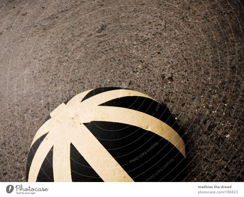 PLING ruhig dunkel gelb Straße Wege & Pfade grau Verkehr trist Schilder & Markierungen Platz Beton nass Hinweisschild Streifen rund bewegungslos