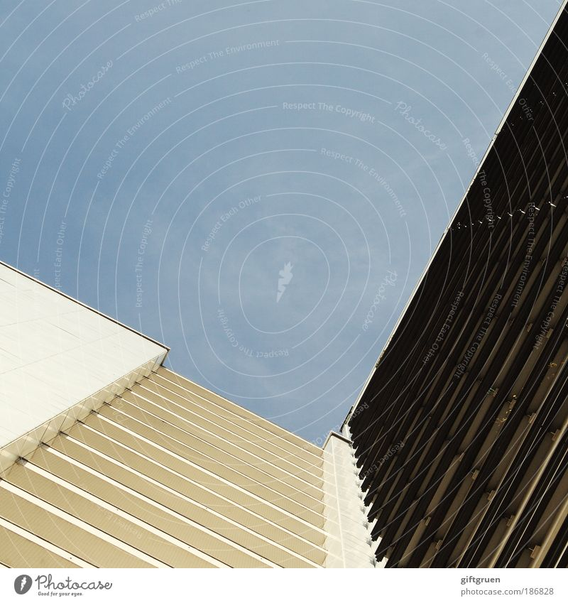 urban pattern Himmel blau Stadt Einsamkeit Haus Fenster Wand Architektur Mauer Gebäude Fassade hoch modern ästhetisch Hochhaus Häusliches Leben