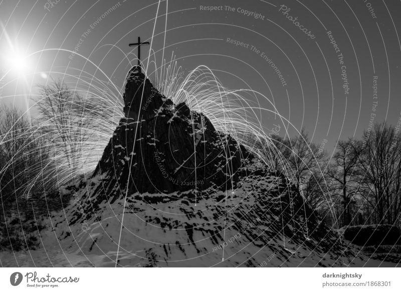 Druidenstein Feuer Umwelt Natur Urelemente Luft Nachthimmel Mond Vollmond Winter Eis Frost Schnee Wärme Felsen Berge u. Gebirge Gipfel Schneebedeckte Gipfel