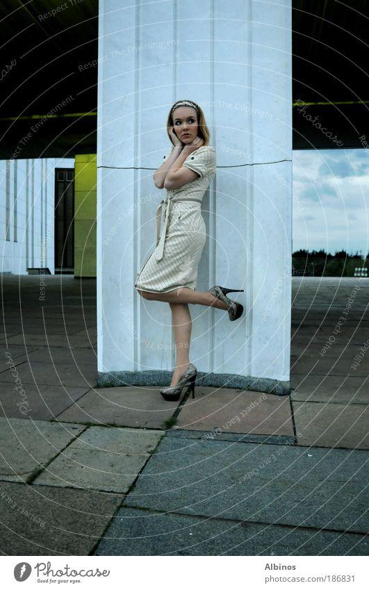 Mensch Jugendliche schön Junge Frau Hand 18-30 Jahre Erwachsene Beine Haare & Frisuren Mode stehen Arme Haut Mund Nase Kleid