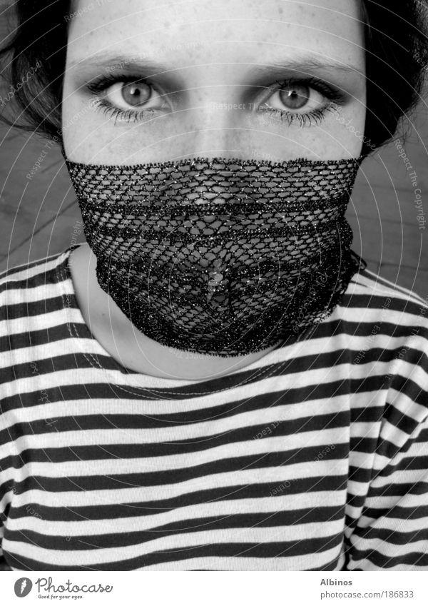 Piraten Mensch Haut Kopf Gesicht Auge 18-30 Jahre Jugendliche Erwachsene Herbst Hemd stehen schön Schwarzweißfoto Außenaufnahme Abend Blick Blick in die Kamera