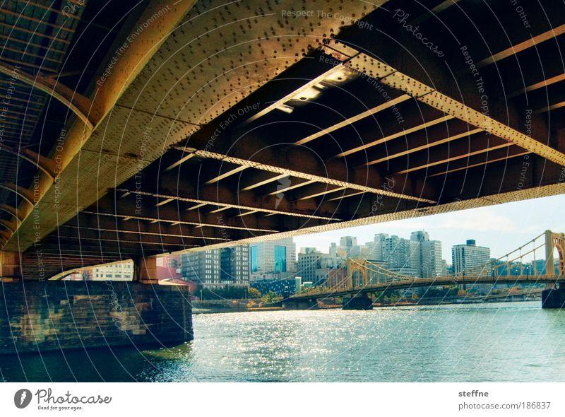 under the bridge Flussufer Pittsburgh USA Hafenstadt Stadtzentrum Skyline Brücke Stahl Einsamkeit Farbfoto Außenaufnahme