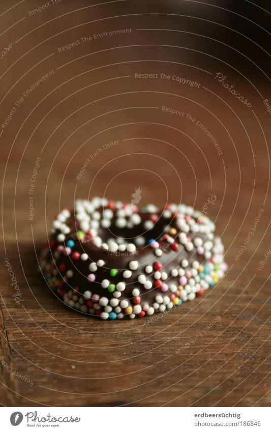 Weihnachtsherz mit Zuckerperlen Lebensmittel Schokolade Streusel Fondant Süßigkeit Feste & Feiern Holz genießen Ekel Glück süß Tisch naschen schokoladig Wärme