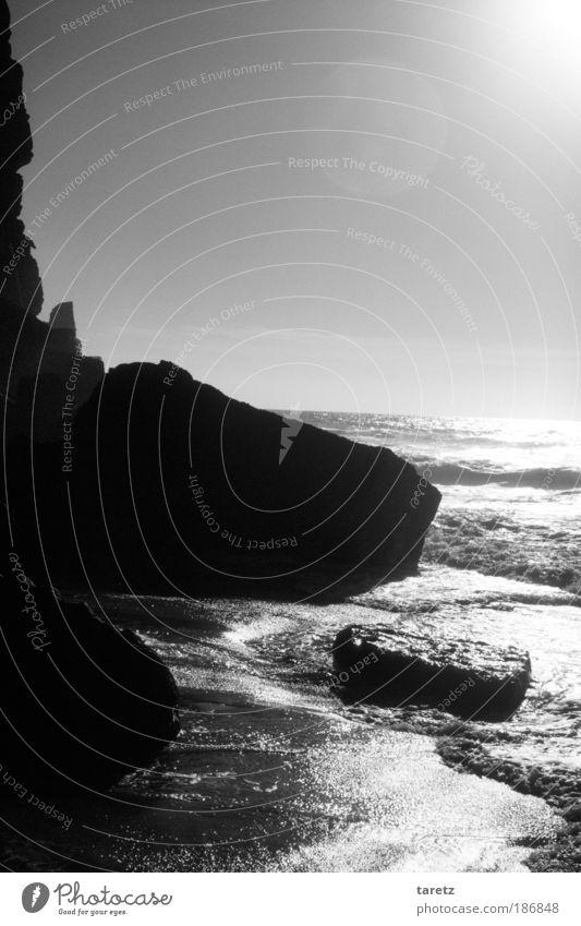 Vorsicht, Steinschlag. Wasser schön Sommer Meer Erholung Umwelt Landschaft dunkel Wärme Küste Sand Felsen Wellen groß nass Urelemente