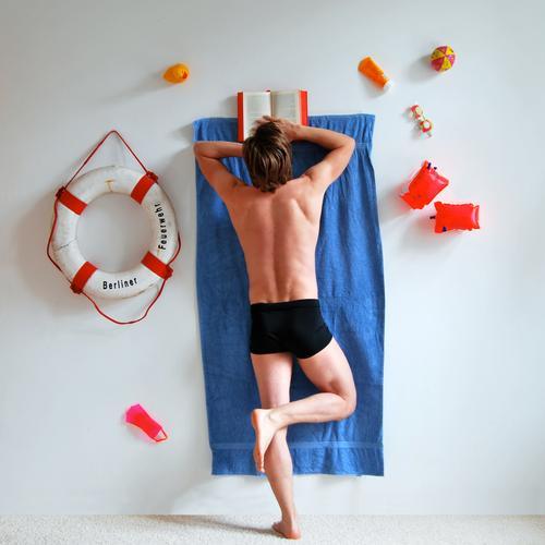 holiday in(-house) Lifestyle Wellness Erholung ruhig Spa Freizeit & Hobby lesen Schwimmbad Mann Erwachsene 1 Mensch skurril Handtuch Rettungsring Schwimmhilfe