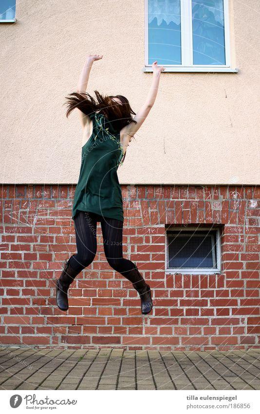 Da freut sich aber jemand. feminin Junge Frau Jugendliche Leben 1 Mensch 18-30 Jahre Erwachsene Haus Fassade Fenster Kleid Strumpfhose brünett langhaarig