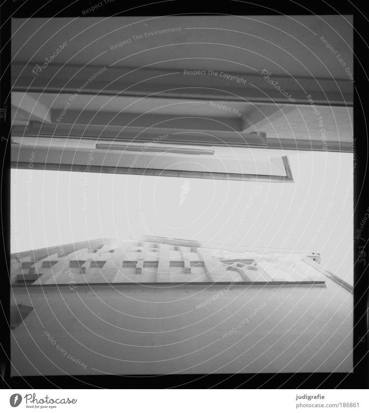 Kühler Brunnen, Halle Stadt Altstadt Haus Gebäude Architektur Fassade Dach ästhetisch hell Dachgiebel Putz schmal Gasse Himmel Licht Schwarzweißfoto