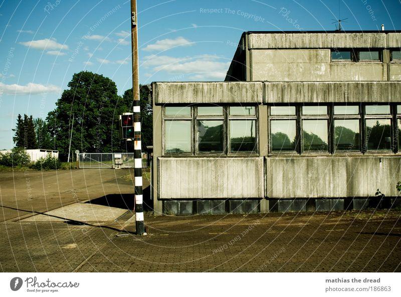 ALTE LKW-WIEGESTATION Himmel Wolken Sommer Schönes Wetter Industrieanlage Fabrik Bauwerk Gebäude Architektur Fassade Fenster Dach dunkel eckig einfach kalt Baum