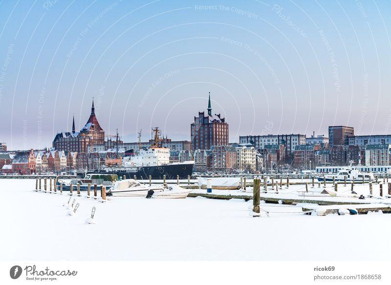 Blick über die Warnow auf die Hansestadt Rostock im Winter Natur Ferien & Urlaub & Reisen blau Stadt Wasser weiß Erholung Haus Architektur kalt Gebäude
