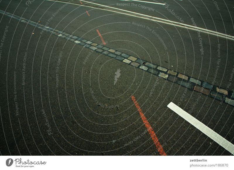 Mauer Straße Linie Straßenverkehr Schilder & Markierungen fahren Information Asphalt Spuren Richtung Bürgersteig Geometrie Fahrbahn Regel