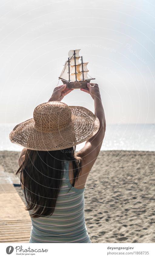 Frau Natur Ferien & Urlaub & Reisen Sommer schön Meer Hand Freude Mädchen Strand Erwachsene Holz Glück Tourismus Wasserfahrzeug Dekoration & Verzierung