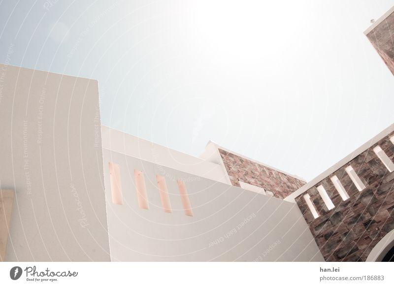 gerade Schieflage Ferien & Urlaub & Reisen Sommerurlaub Sonne Häusliches Leben Haus Himmel Architektur Fassade Stein Linie blau weiß Wand Hotel Reisefotografie