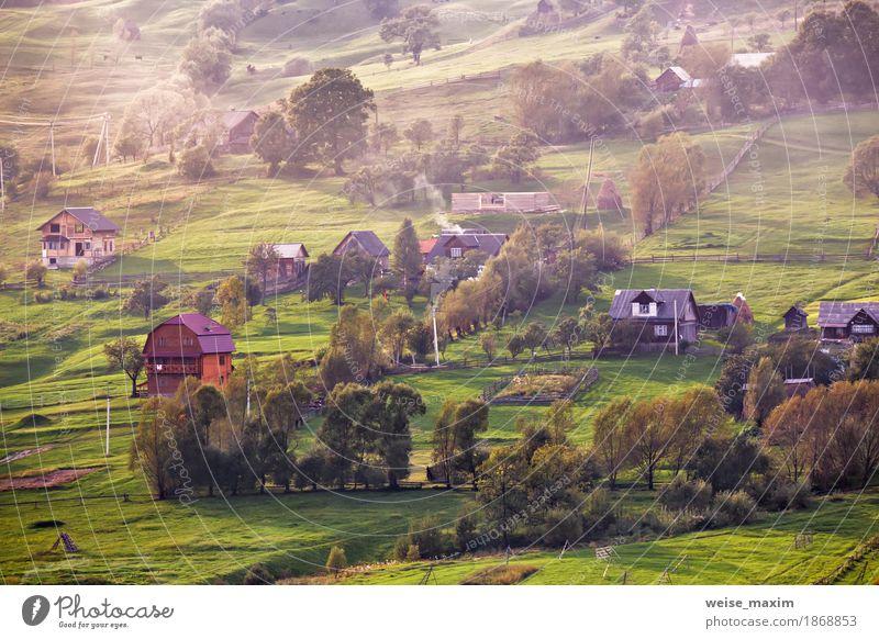 Alpendorf in Bergen. Rauch und Dunst Natur Ferien & Urlaub & Reisen Pflanze grün weiß Baum Landschaft Haus Ferne Wald Berge u. Gebirge Umwelt Herbst Wiese