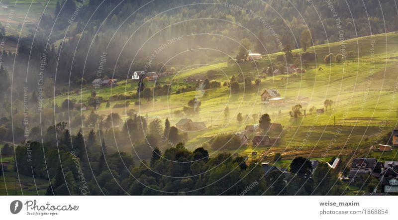 Alpendorf in Bergen. Rauch und Nebel über den Hügeln Natur Ferien & Urlaub & Reisen Pflanze Farbe grün weiß Baum Landschaft Haus Ferne Wald Berge u. Gebirge