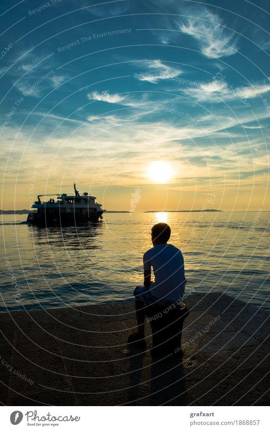 Junge auf Steg beobachtet abfahrendes Schiff bei Sonnenuntergang Abend wegfahren Einsamkeit Dämmerung Traurigkeit Gefühle Fähre Fernweh friedlich Küste