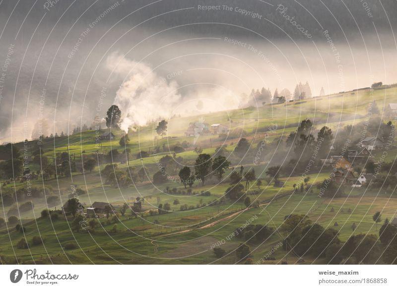 Alpendorf in Bergen. Rauch, Feuer und Dunst Ferien & Urlaub & Reisen Ausflug Ferne Freiheit Berge u. Gebirge Haus Umwelt Natur Landschaft Pflanze Herbst Nebel