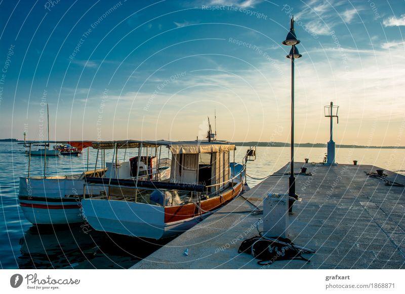 Boote Ankern an Steg in Kroatien bei Sonnenuntergang Hafen Küste Wasserfahrzeug friedlich Anlegestelle Abend alt ankern Dämmerung gebraucht Himmel