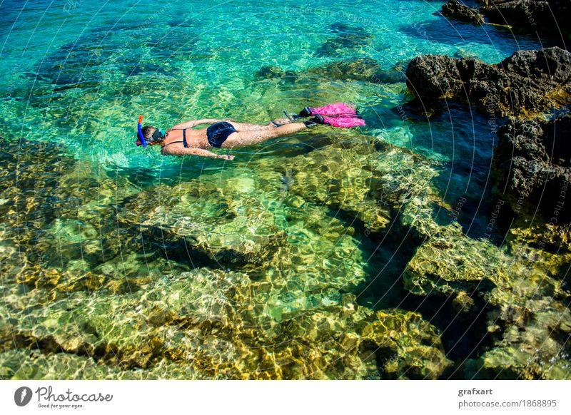 Schöne Frau im Bikini Schnorchelt im Wasser an der Küste sportlich Erotik Schnorcheln Ferien & Urlaub & Reisen Aktion Erholung Fitness Schwimmhilfe schön