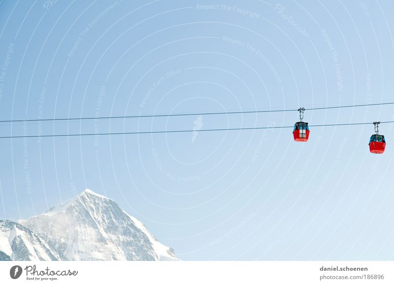 Grindelwald blau rot Ferien & Urlaub & Reisen Winter Erholung Schnee Berge u. Gebirge Tourismus Licht Klima Schweiz Gipfel Schönes Wetter aufwärts Blauer Himmel Wintersport