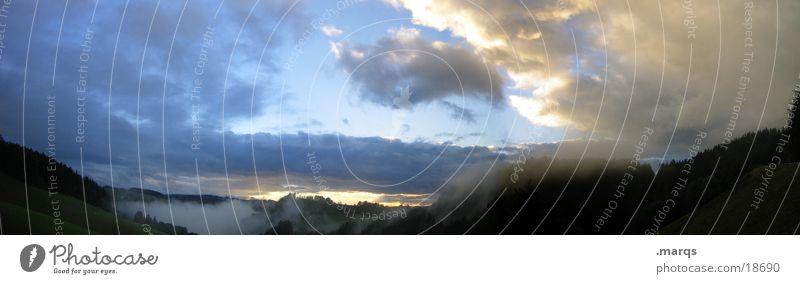 der Herbst kommt bestimmt Sonne Wolken Wald Berge u. Gebirge Nebel groß Aussicht Panorama (Bildformat)