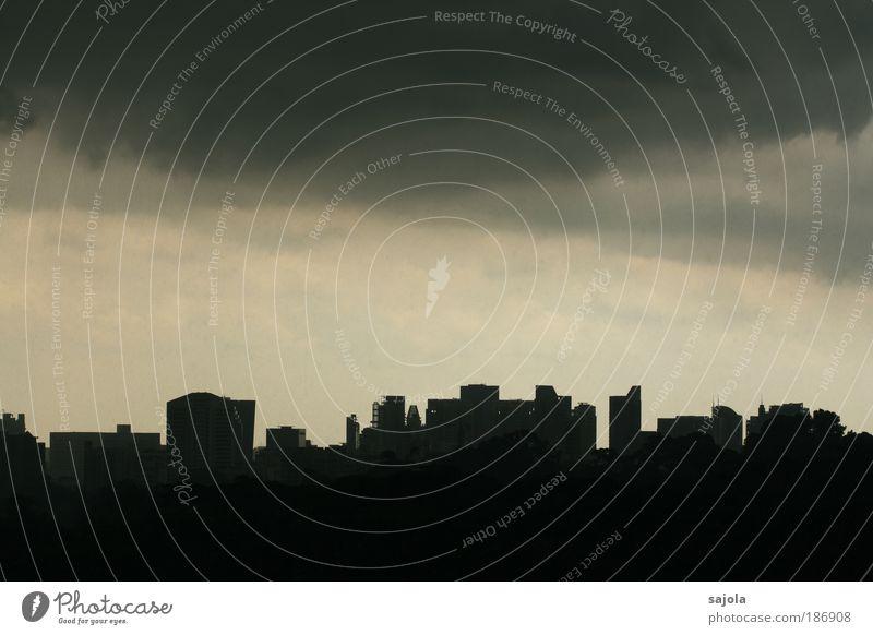 düstere aussichten Stadt Haus schwarz dunkel grau Regen Wetter Hochhaus bedrohlich Asien Skyline Gebäude Gewitter Unwetter Hauptstadt