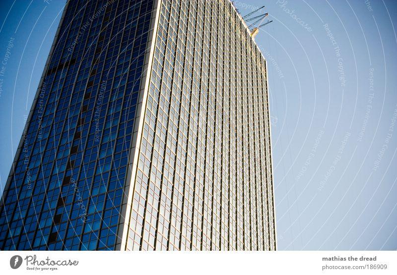 SPRUNGBRETT Stadt blau Fenster Gebäude Architektur Hochhaus Fassade verrückt Platz Hotel Quadrat Skyline Bauwerk Wahrzeichen Schönes Wetter