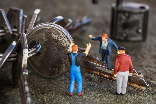 Miniwelten - Streit um einen Schlüssel Mensch blau grau Arbeit & Erwerbstätigkeit maskulin Baustelle Konflikt & Streit Arbeitsplatz Diskussionsrunde