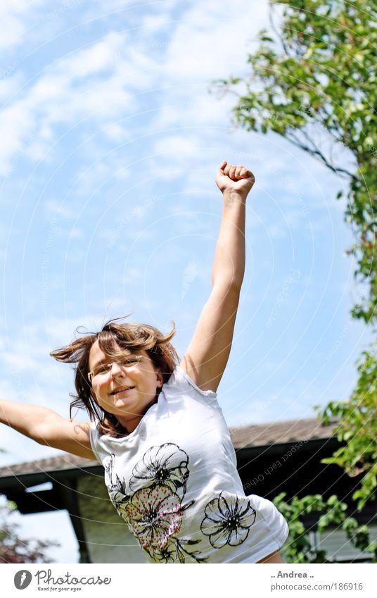 Up in the Sky Himmel blau Junge Frau Freude Freiheit Glück springen Freizeit & Hobby Arme frei Erfolg Fröhlichkeit Lebensfreude aufwärts Euphorie positiv