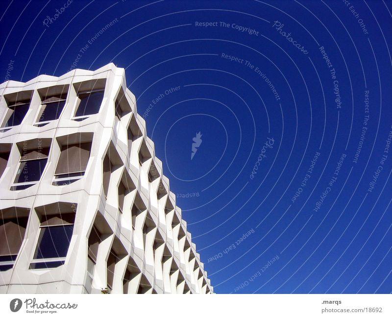 blauweiss Himmel blau Fenster Gebäude Architektur Perspektive Ecke trist Fluchtpunkt