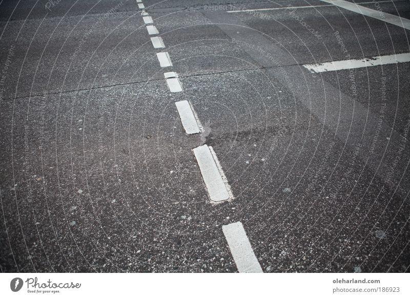 Kreuzung Umwelt Erde Stadt Verkehrswege Straßenverkehr Fußgänger Straßenkreuzung Wegkreuzung Ampel Schilder & Markierungen Linie schwarz weiß planen