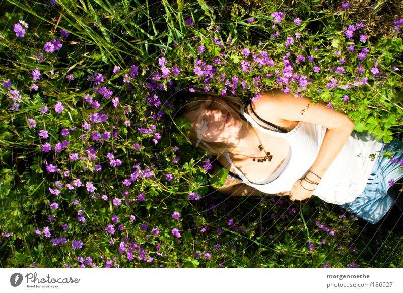 Wenn jetzt Sommer wär` Mensch Natur Jugendliche weiß grün schön Pflanze Blume Erwachsene Wiese feminin Gras Glück träumen Stimmung