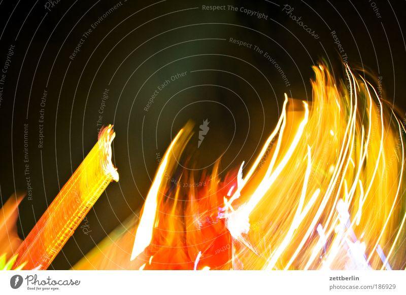 Im Himmel ist Jahrmarkt Freude Show Nachthimmel Licht rotieren Drehung Lightshow Karussell Dezember kreisen Weihnachtsmarkt Achterbahn Lichtschein